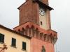 la monumentale porta d'accesso al castello, sormontata dal torrino dell'orologio